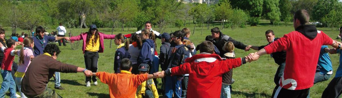 Coro de niños jugando a la rueda.